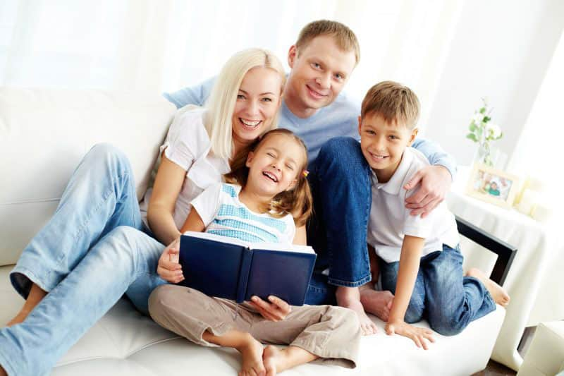 Familie hat gemeinsam Spaß nach Psychotherapie und Coaching
