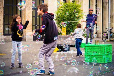 Kinder und Jugendliche beim Training mit Seifenblasen nach Coaching