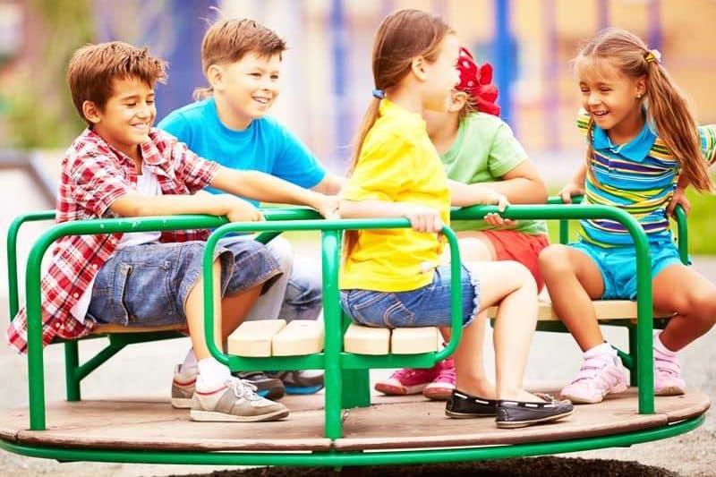 Kinder spielen Karussel nach Psychotherapie und CoachingKinder spielen Karussel nach Psychotherapie und Coaching