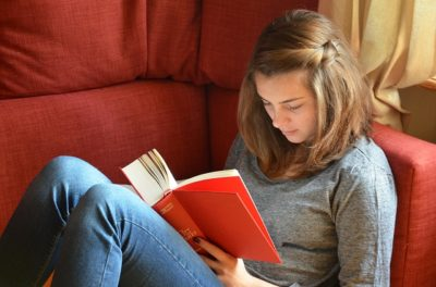 Mädchen liest ein Buch - RIT Reflexintegration